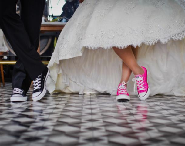 sposa con scarpe da ginnastica